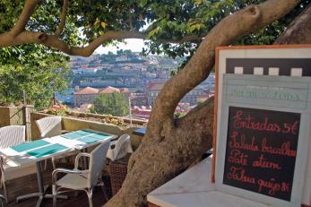 Balcão da esplanada do Restaurante Árvore